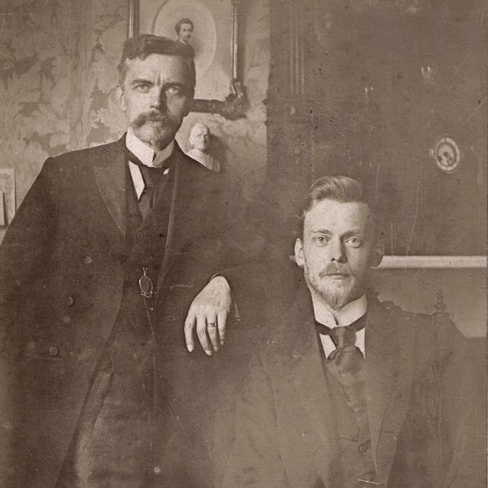 Petrus Arendzen (standing) with Cornelius Hofstede de Groot.
